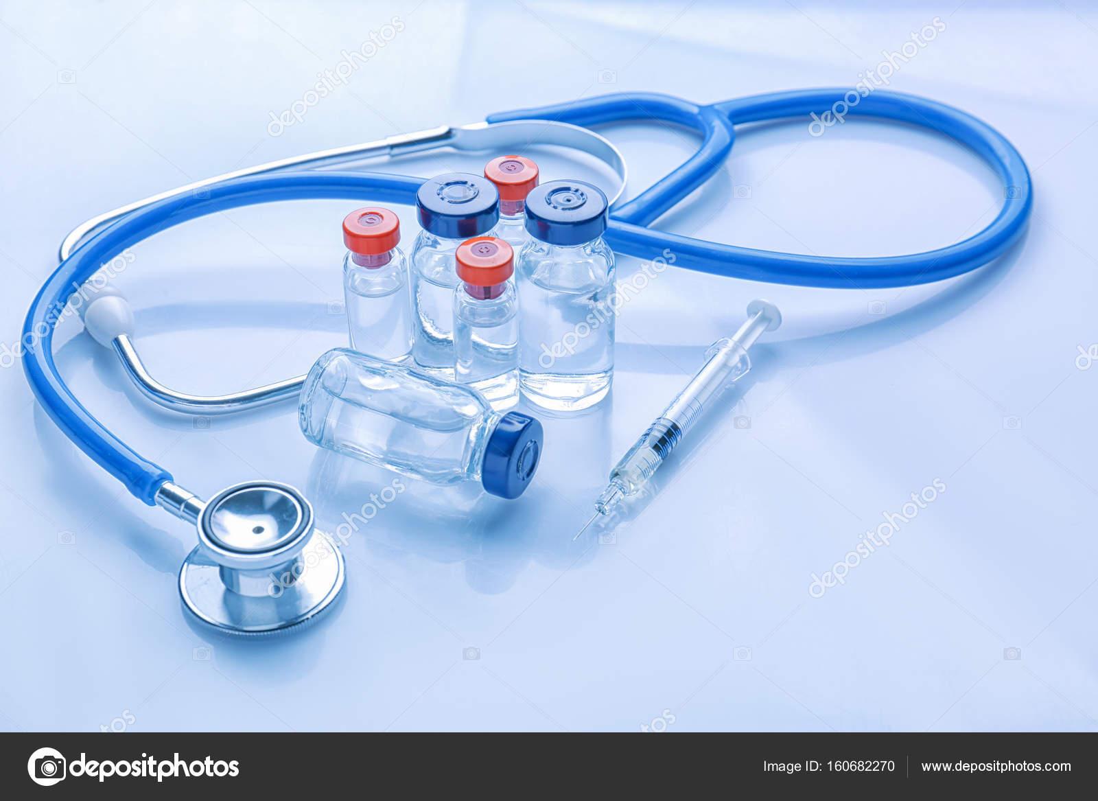 e86b4384e26095 Artykuły medyczne na jasnym tle — Zdjęcie stockowe © belchonock ...