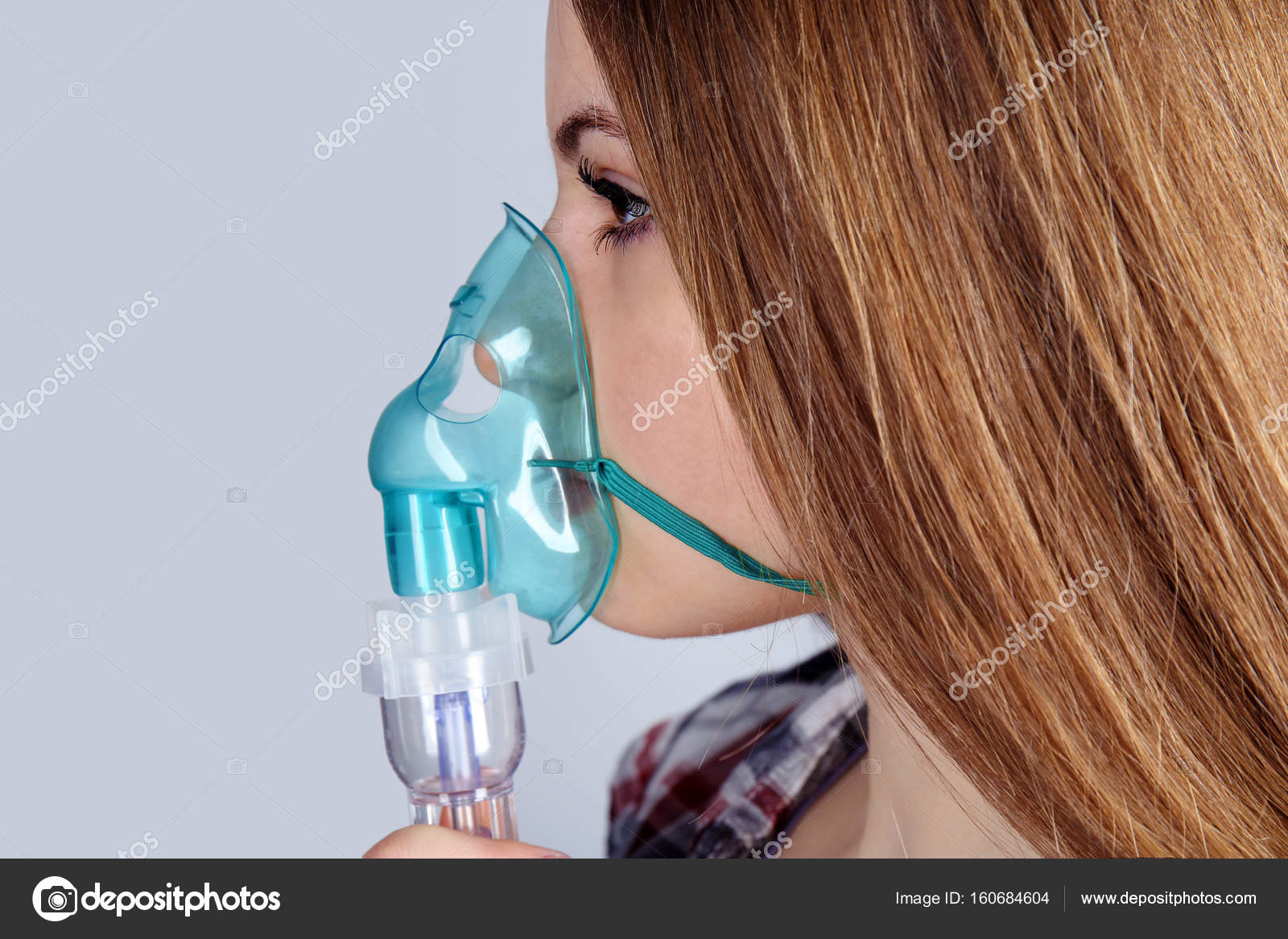 oxygen mask girl Young woman using nebulizer — Stock Photo