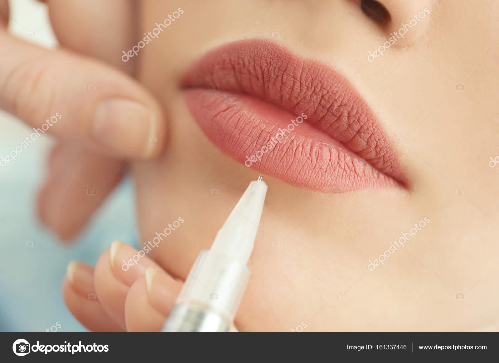 Gemeinsame Jonge vrouw met permanente make-up op lippen — Stockfoto @XU_99