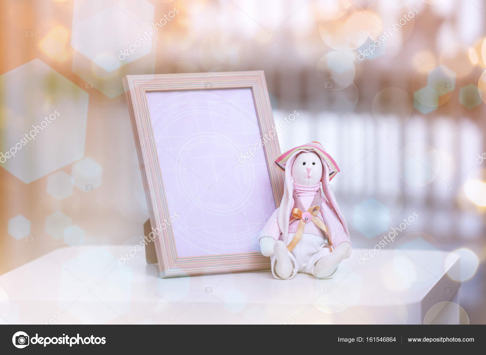 Bilderrahmen und Spielzeug für baby — Stockfoto © belchonock #161546864