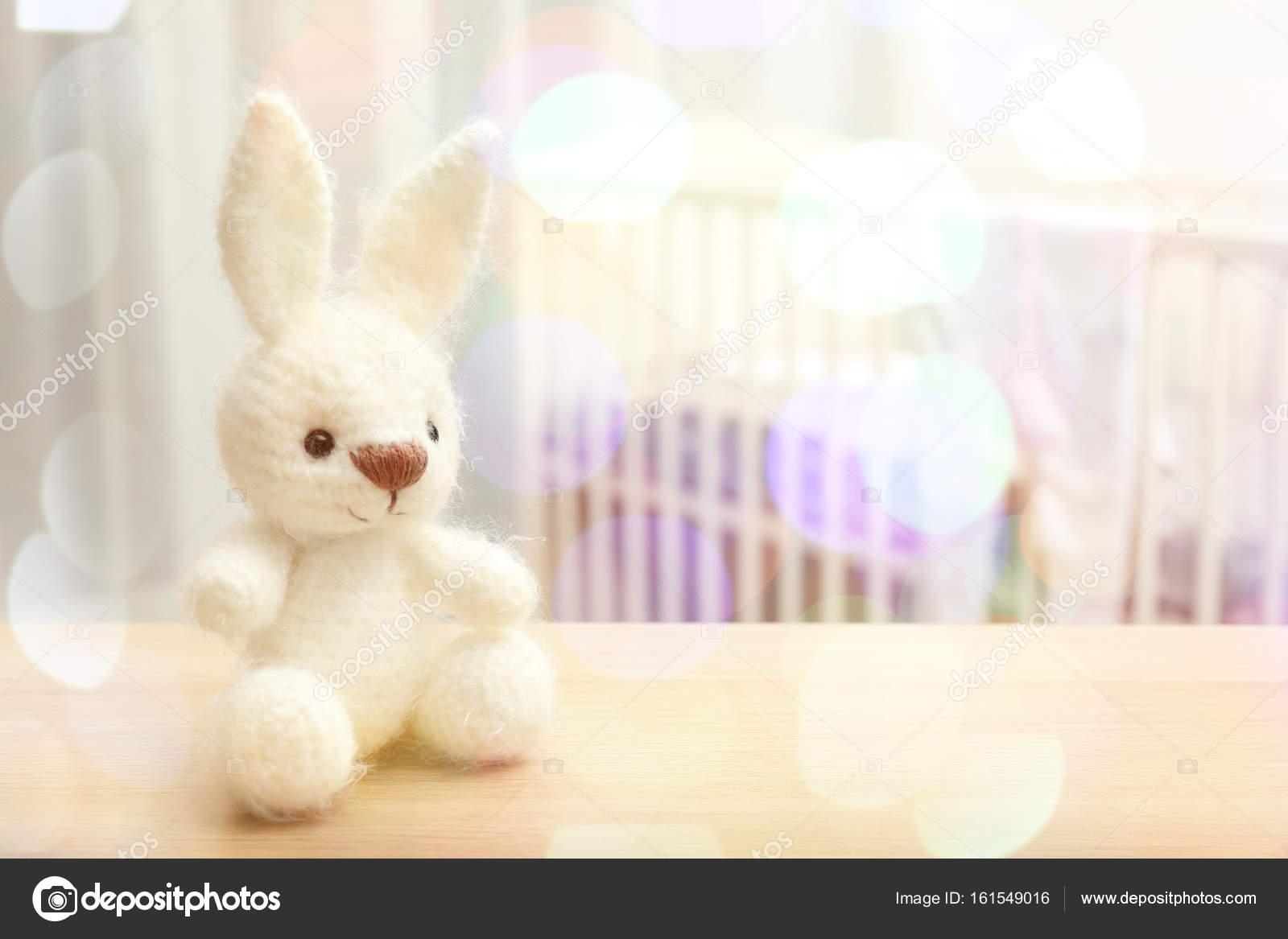 Gestrickte Spielzeug Hase Und Unscharfen Babyzimmer Stockfoto