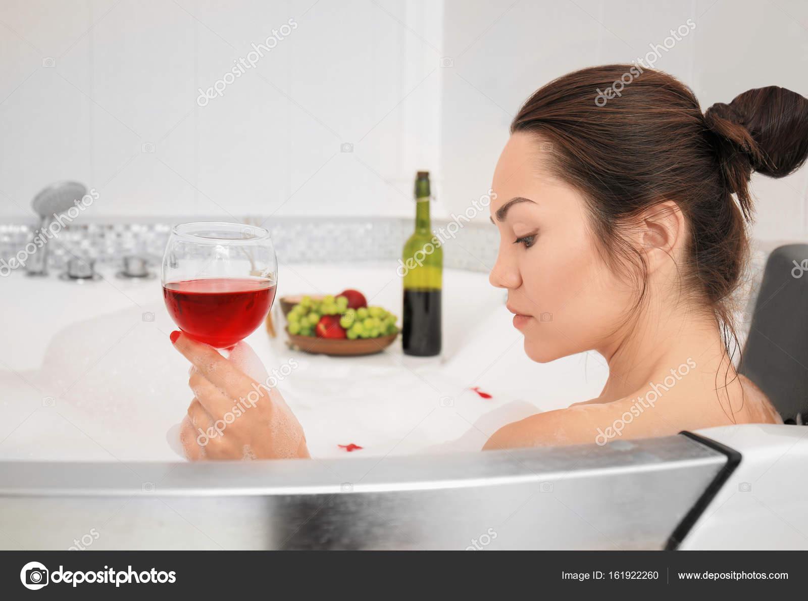 Bella donna con bicchiere di vino rosso nella vasca da bagno foto stock belchonock 161922260 - Foto nella vasca da bagno ...