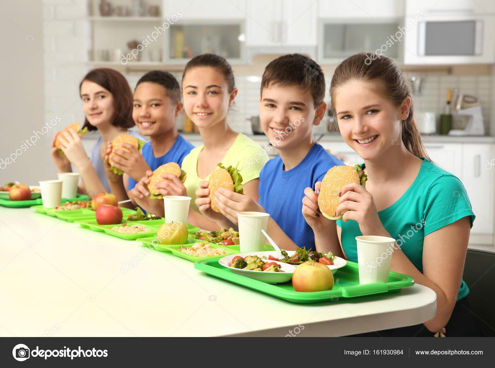 Comendo na escola and hot