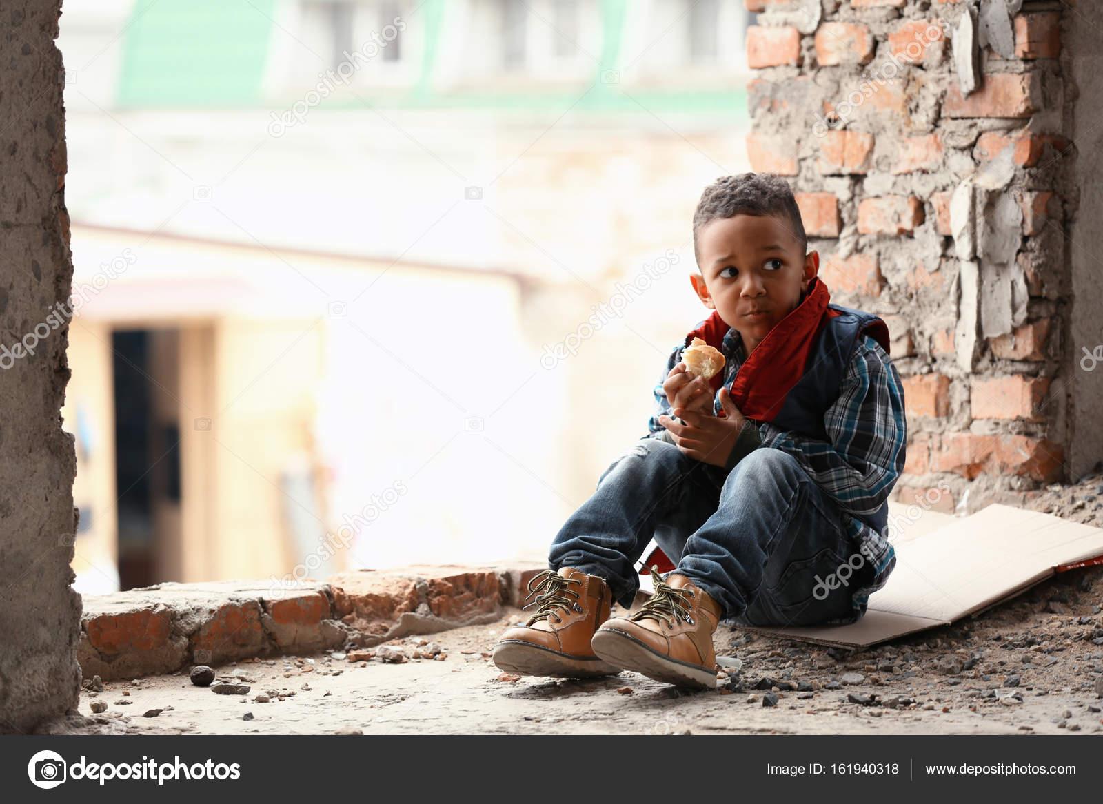 Lindo ni o peque o sentado en el piso con un pedazo de pan for Vivir en un piso pequeno con ninos