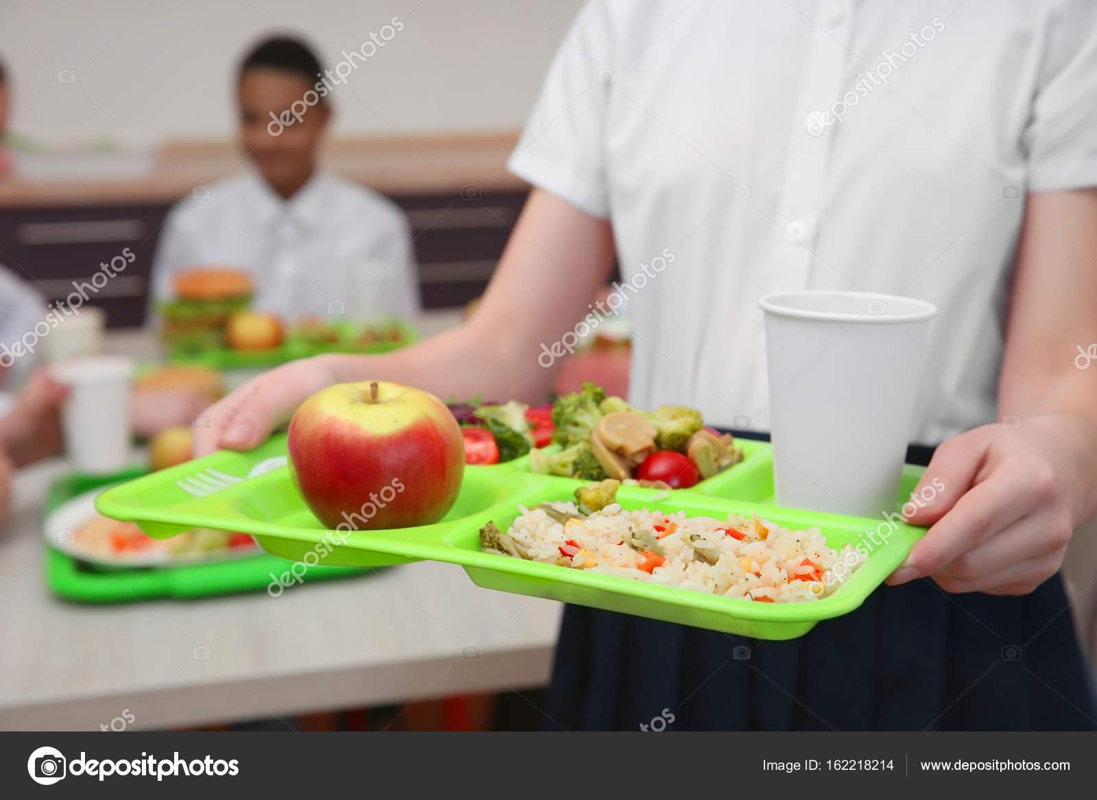 Chica sosteniendo la bandeja con deliciosa comida en el ...