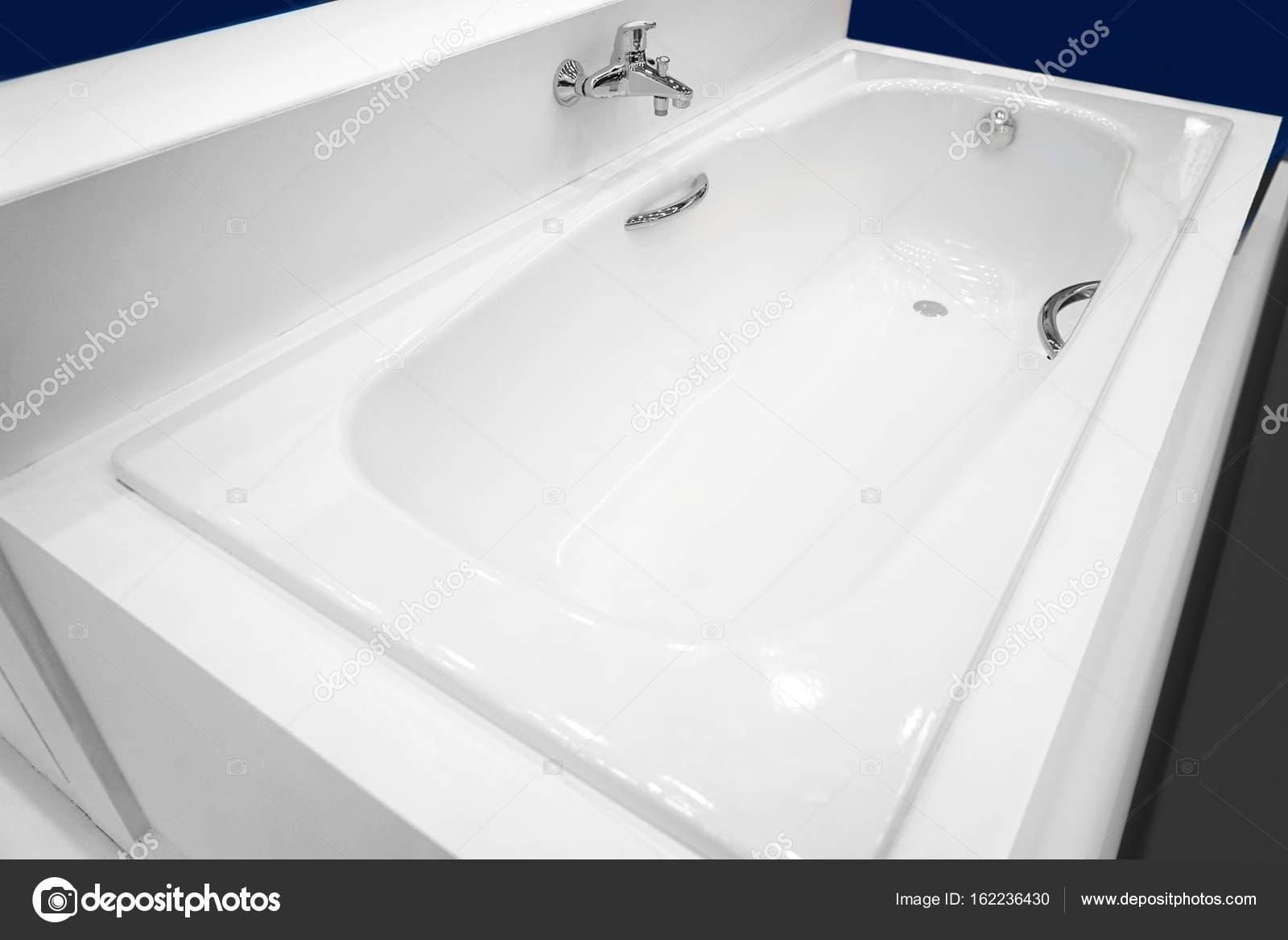 Vasca Da Bagno Nuova : Vasca da bagno nuova moderna u2014 foto stock © belchonock #162236430