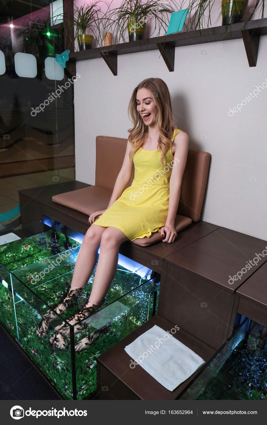 Junge Frau im Beauty-Salon. Fisch Pediküre als neue moderne ...