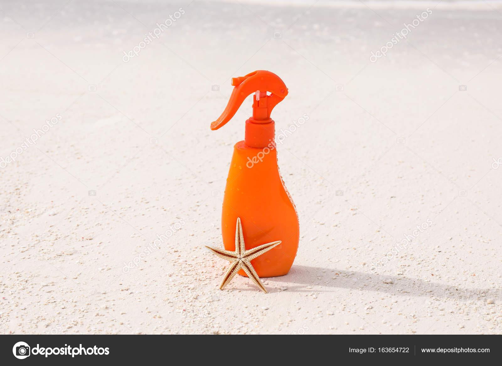 Bottiglia con crema di protezione solare e delle stelle marine