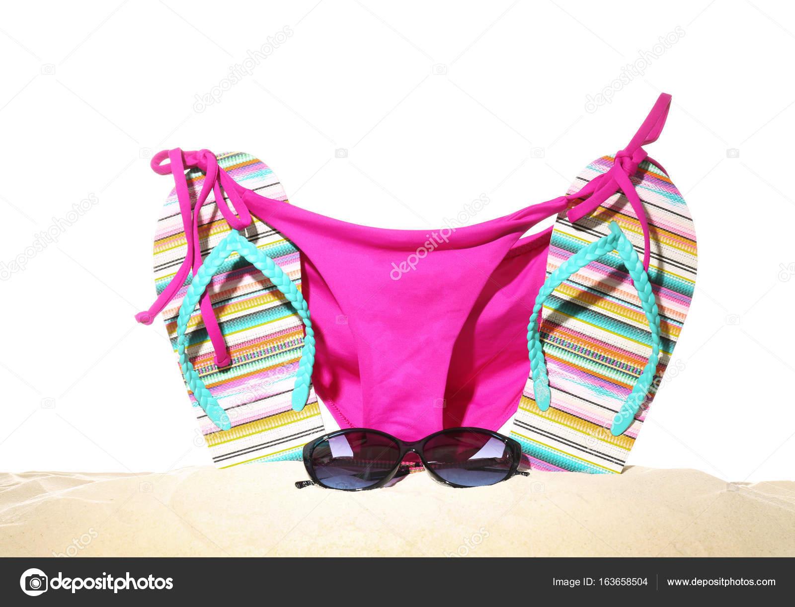 9d76895c6b7cc Bikini ve kum üzerinde güneş gözlüğü ile parmak arası terlik — Stok fotoğraf