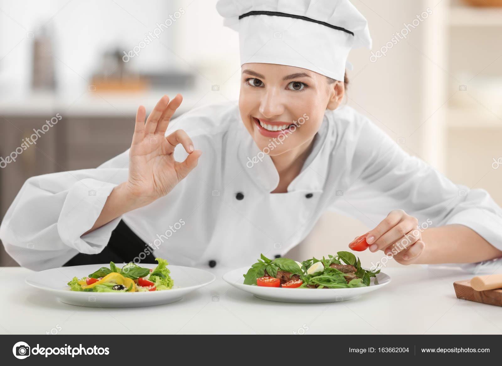 Joven Chef Mujer Con Sabrosos Platos En La Cocina