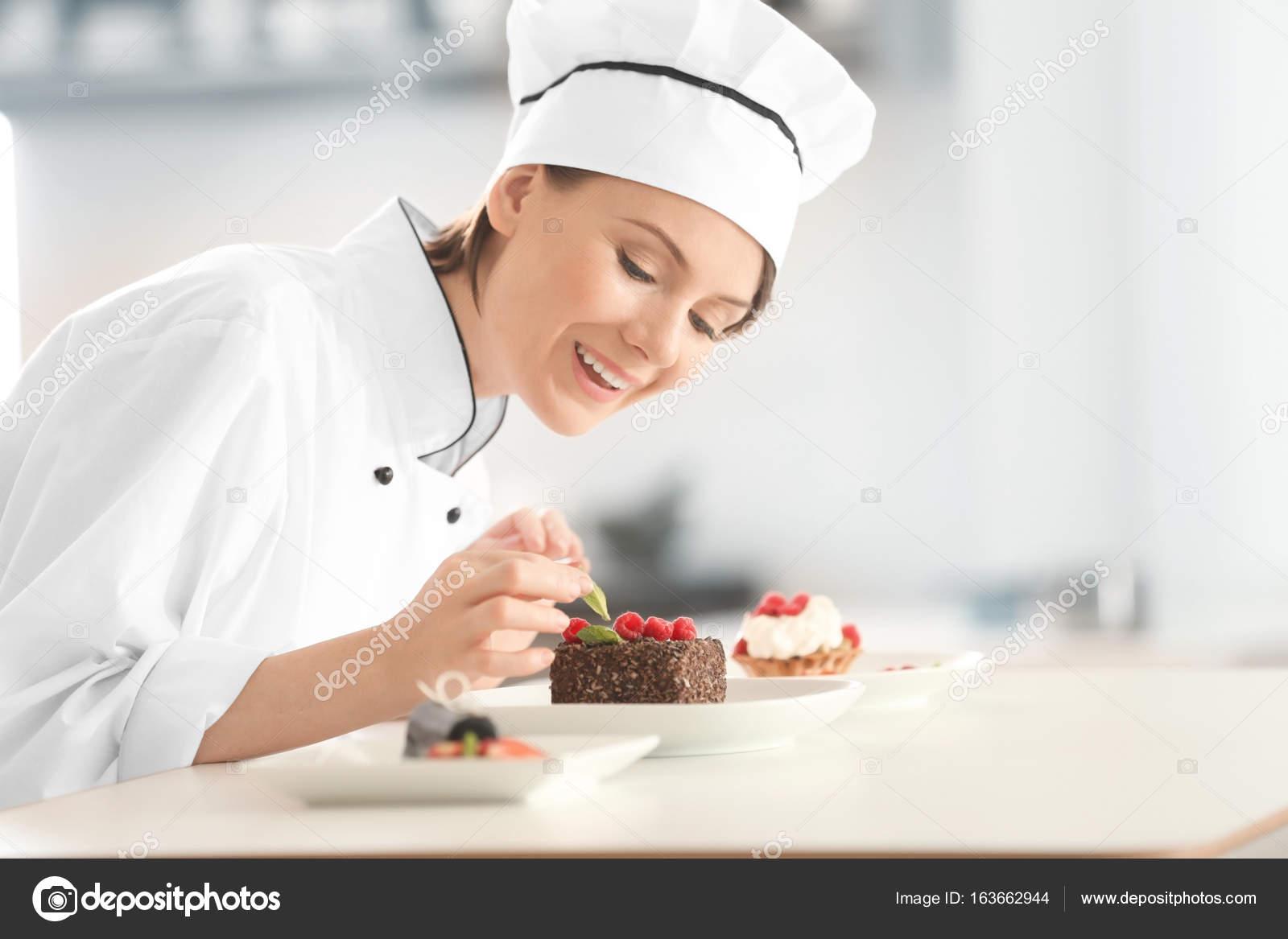 Chef Mujer Decoración De Postres En Cocina