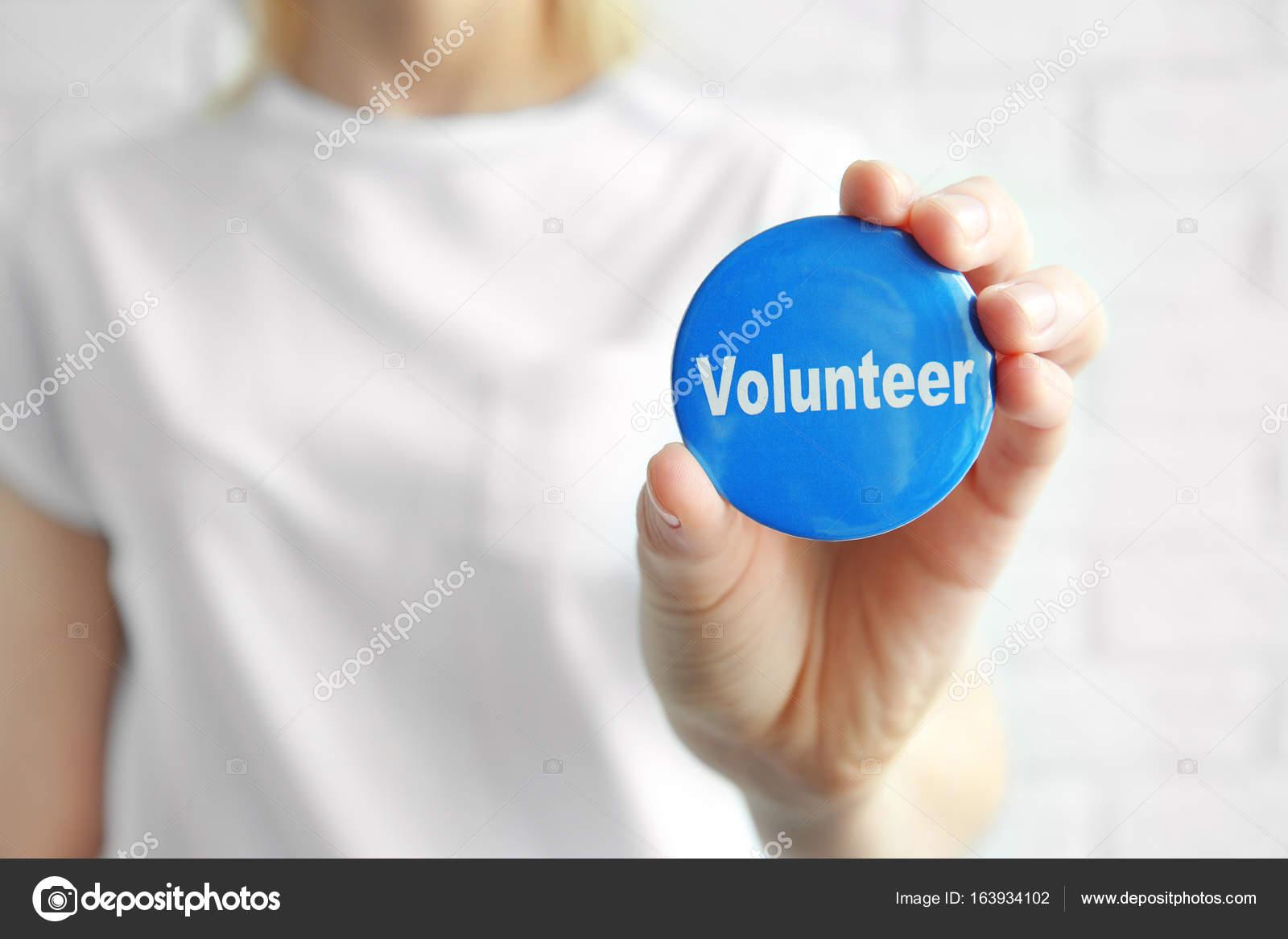 Insignia de tenencia de mujer palabra voluntario sobre fondo claro ...