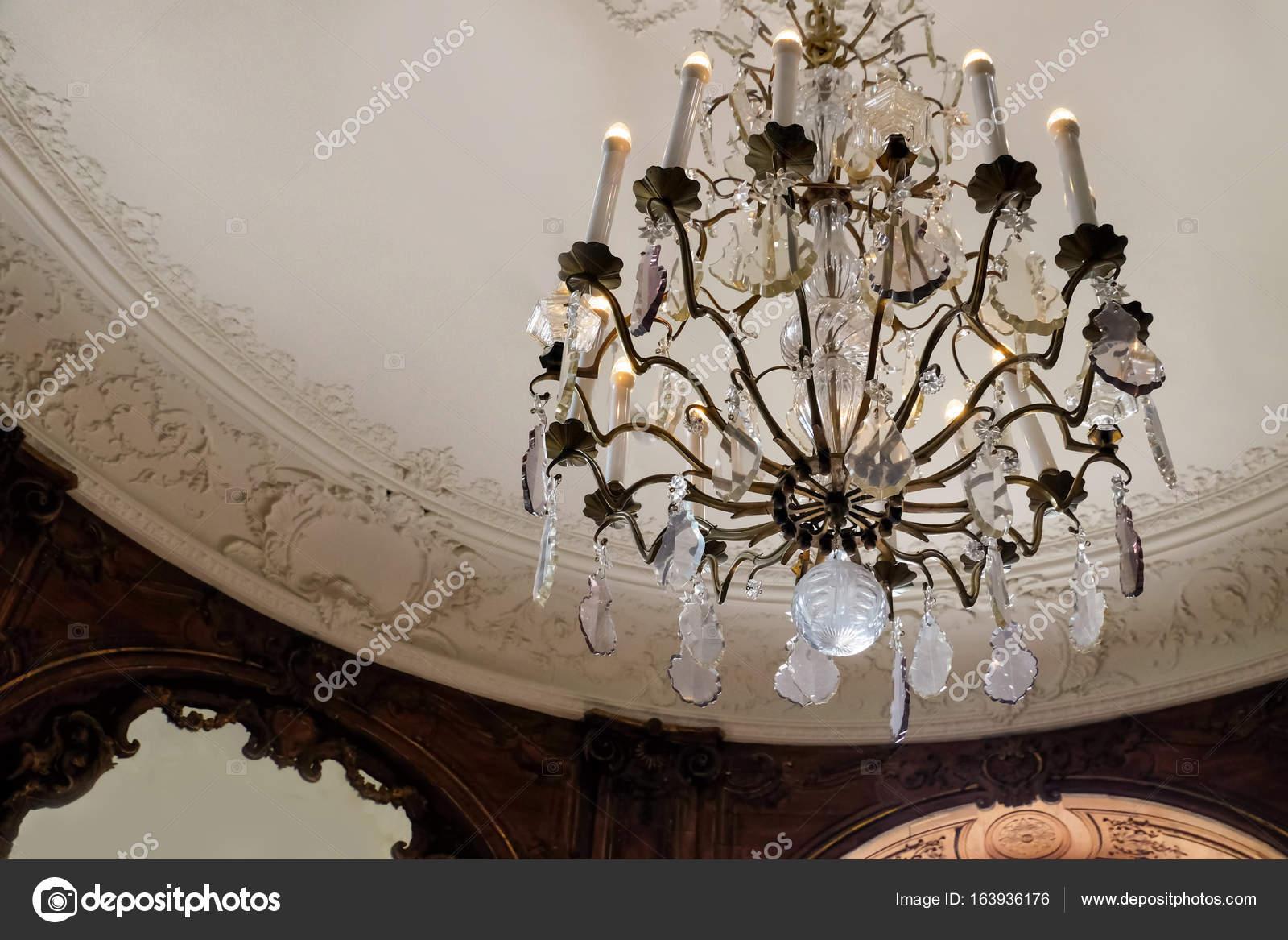 Lampadario Antico Con Angeli : Stampaggio e antico soffitto con bellissimo lampadario u foto