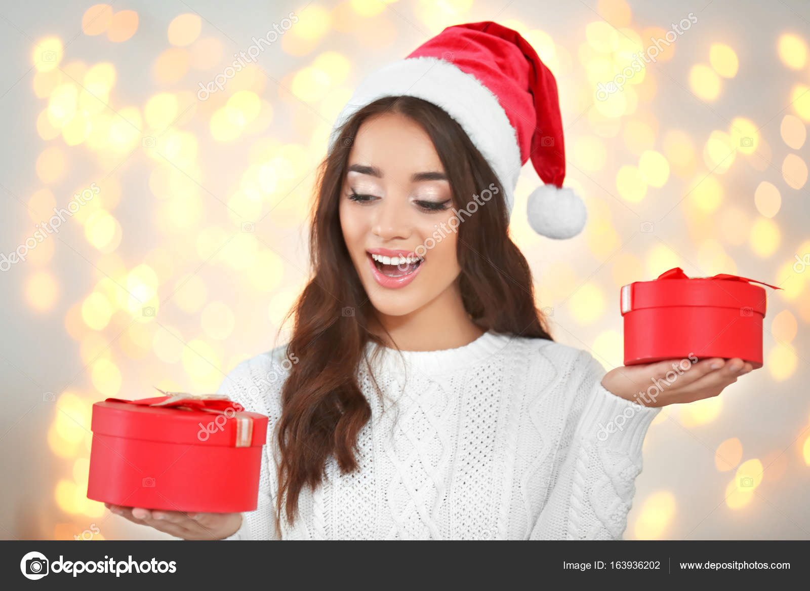 Kerstmuts Met Licht : Jonge dame in kerstmuts u stockfoto belchonock