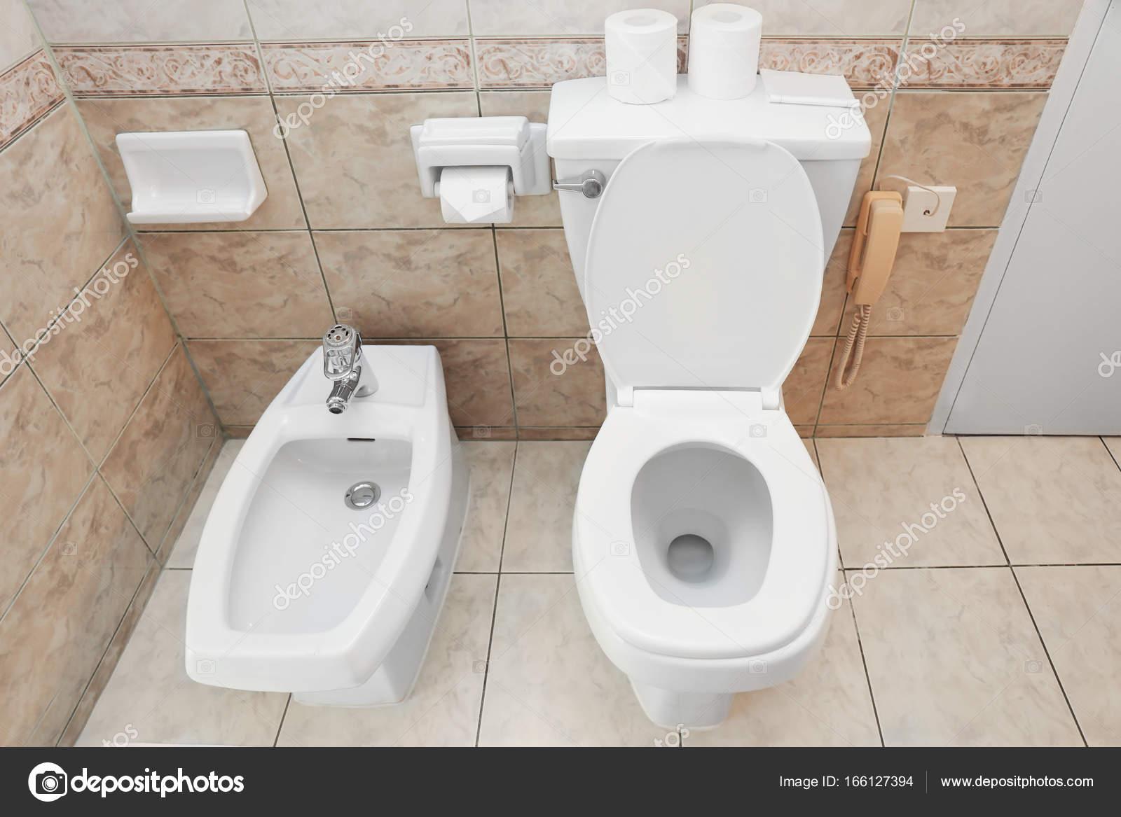 Wc pot en bidet in badkamer u stockfoto belchonock