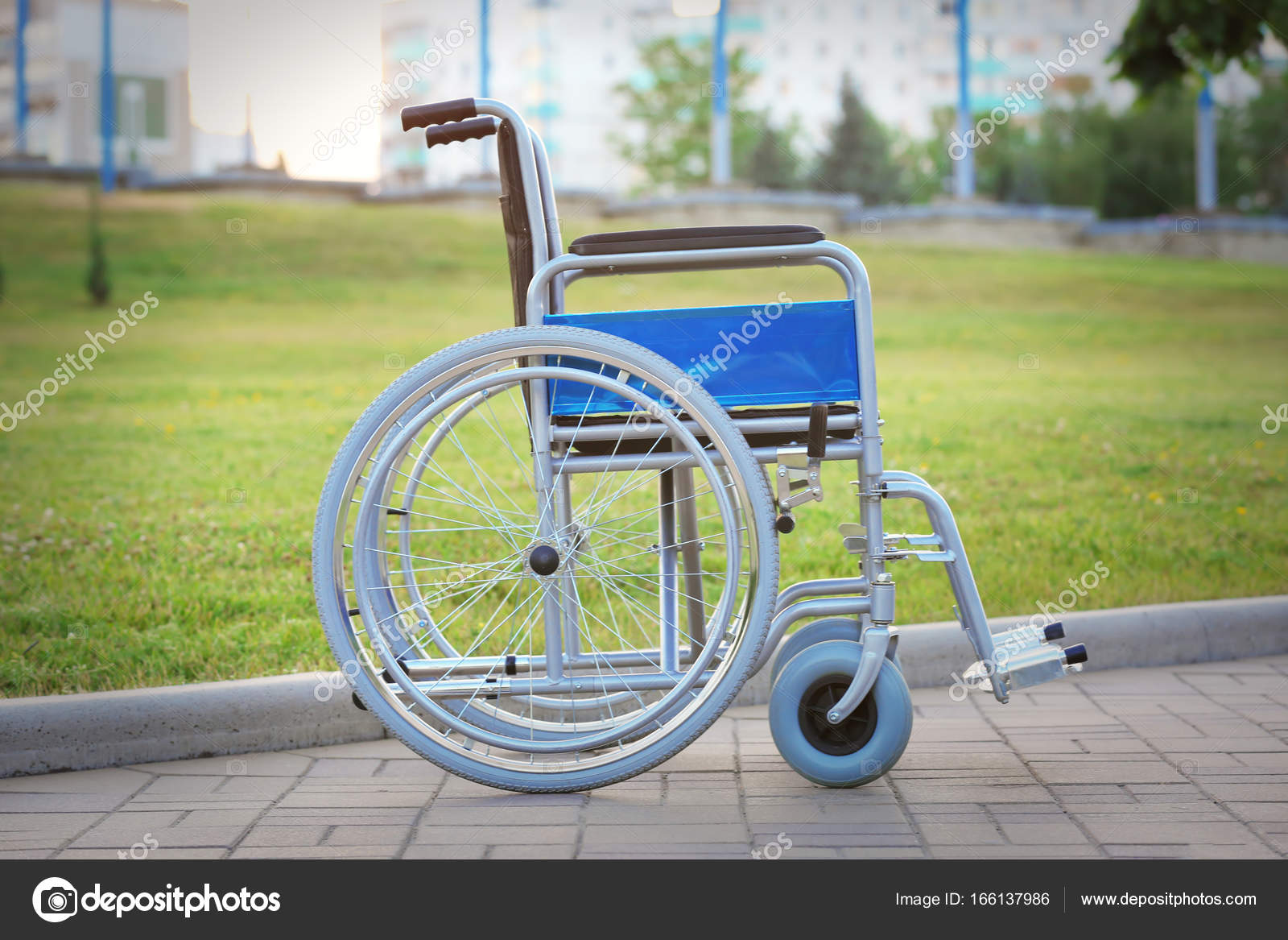 Silla de ruedas en parque verde foto de stock belchonock 166137986 - Tamano silla de ruedas ...