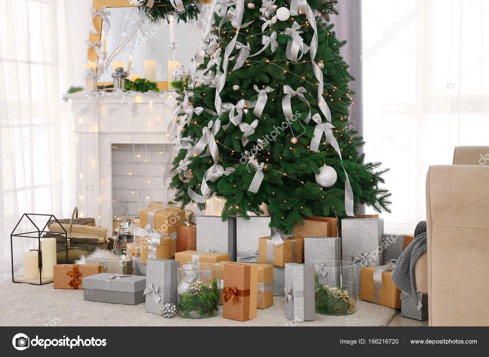 Schöne Tanne in eingerichteten Zimmer — Stockfoto © belchonock ...