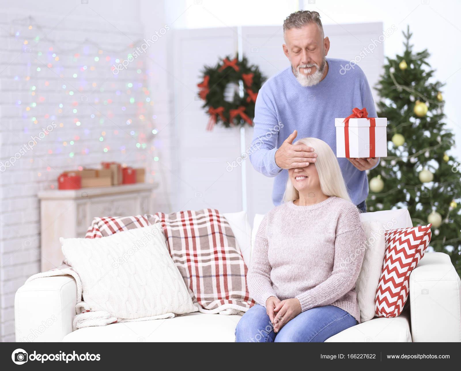 Ältere Mann Weihnachtsgeschenk für seine Frau zu Hause — Stockfoto ...