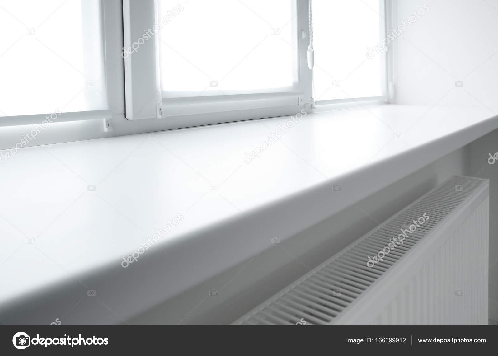 Moderne weiße Kunststoff Fensterbank — Stockfoto © belchonock #166399912