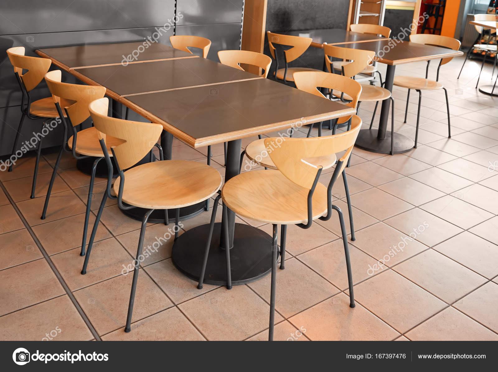 Moderne Keukentafels En Stoelen.Moderne Cafetaria Met Tafels En Stoelen Stockfoto C Belchonock
