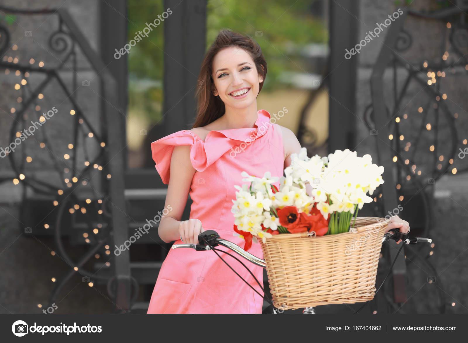 Девушки с корзиной цветов фото