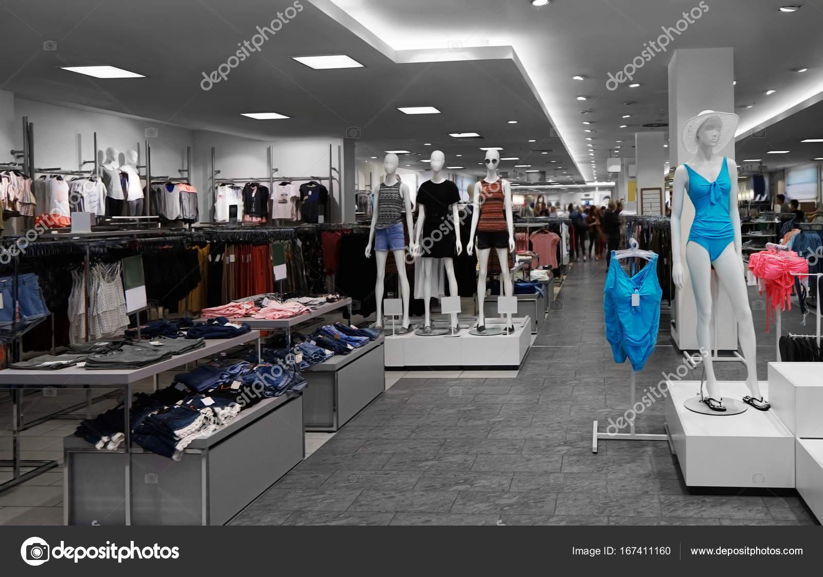 afe50635 Luksusowym sklepie z Odzież damska — Zdjęcie stockowe © belchonock ...