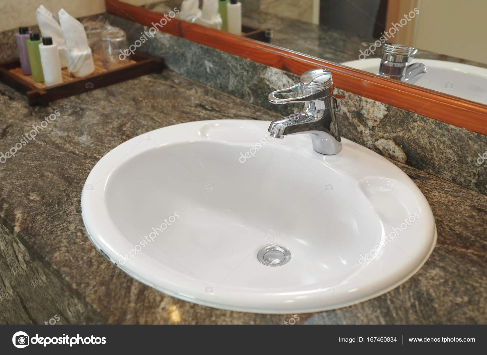 Lavandini Da Bagno Moderni : Lavandino nel bagno moderno hotel u foto stock belchonock