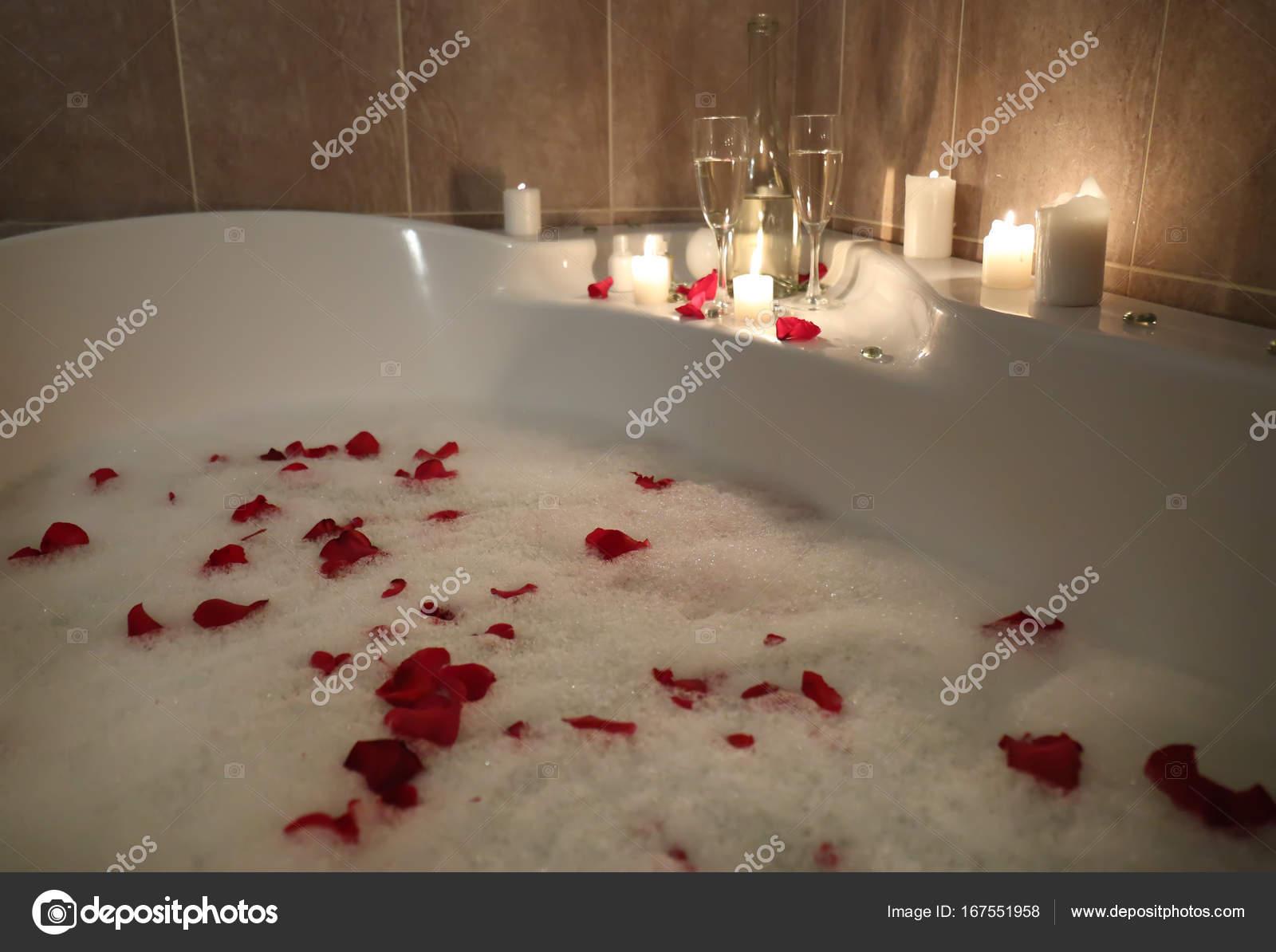 Vasca Da Bagno Rosa : Vasca da bagno riempita con schiuma e petali di rosa u foto stock
