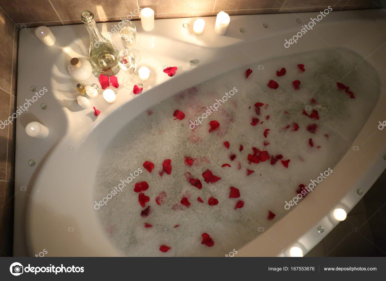 Vasca Da Bagno Espanol : Vasca da bagno con schiuma e petali di rosa u2014 foto stock