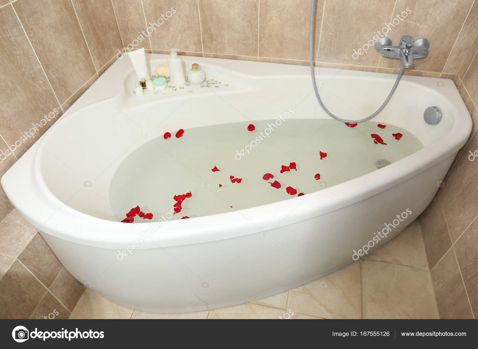 Bathtub filled with water and rose petals in modern flat — Stock ...