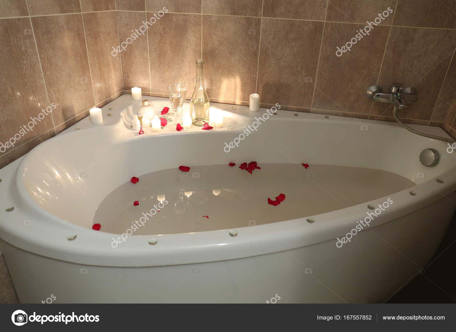 Vasca Da Bagno Romantica : Vasca da bagno piena d acqua e petali di rosa preparati per un