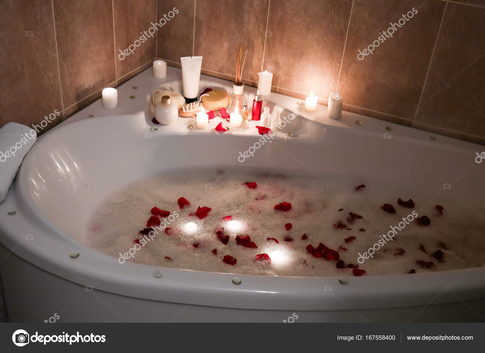 Vasca Da Bagno Romantica Con Candele : Vasca da bagno con schiuma e petali di rosa u2014 foto stock