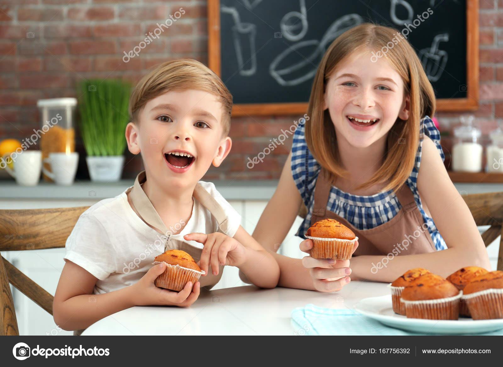 Imágenes Niños Comiendo En Clase Niño Y Niña Comiendo Muffins