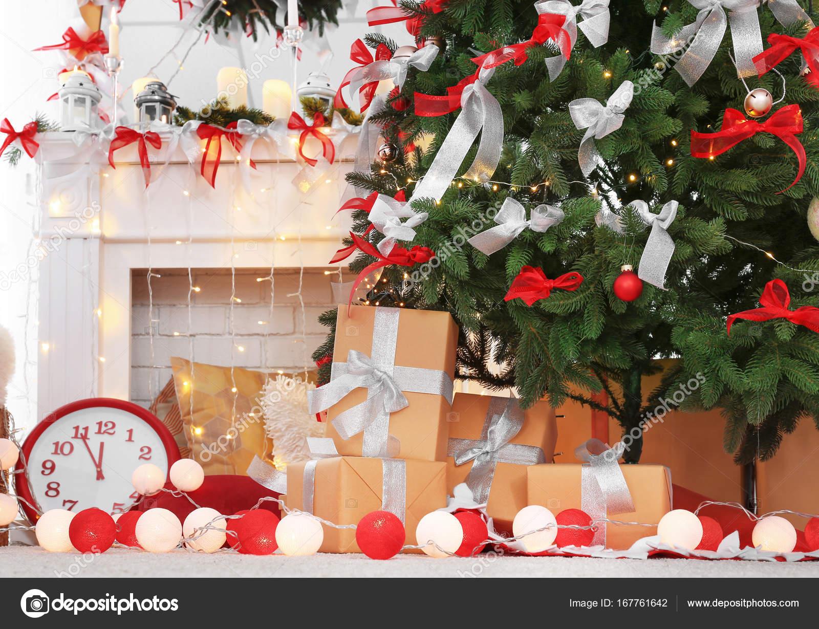 Geschenk-Boxen in schön eingerichteten Zimmer für Weihnachten ...