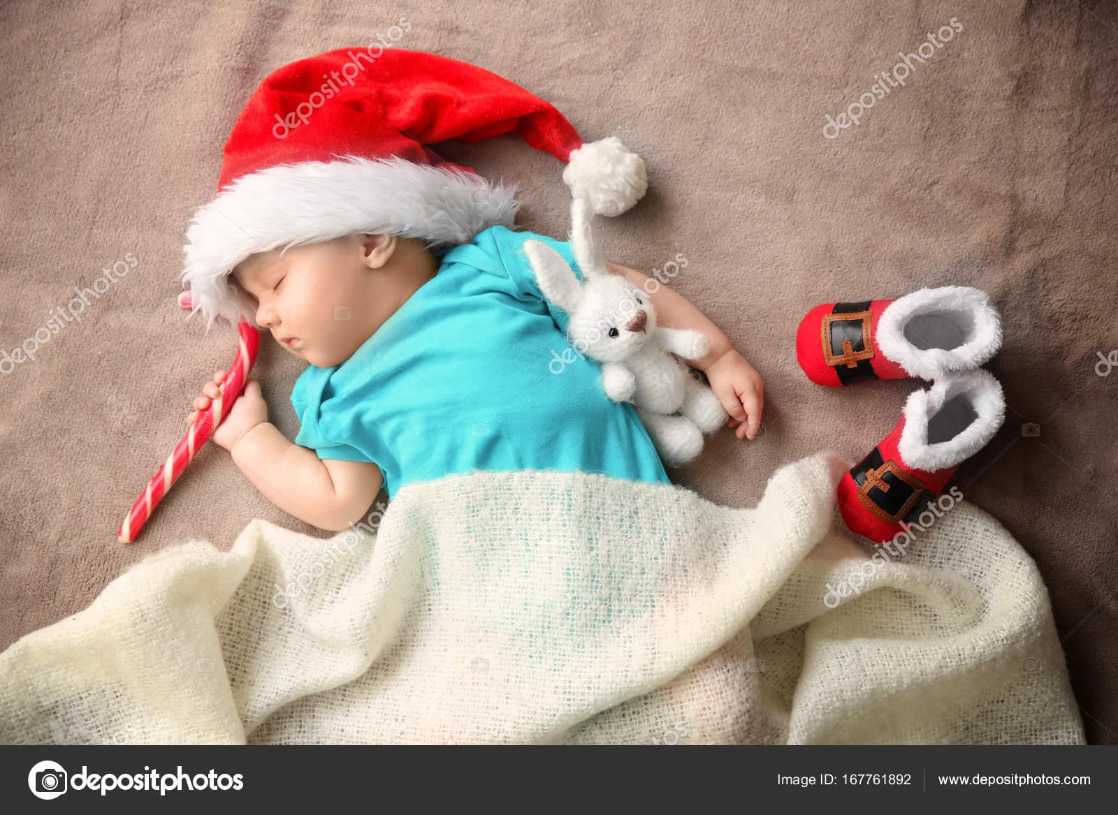 Bebezinho no chapéu de Papai Noel dormindo na tela — Fotografia de Stock 30902e06607
