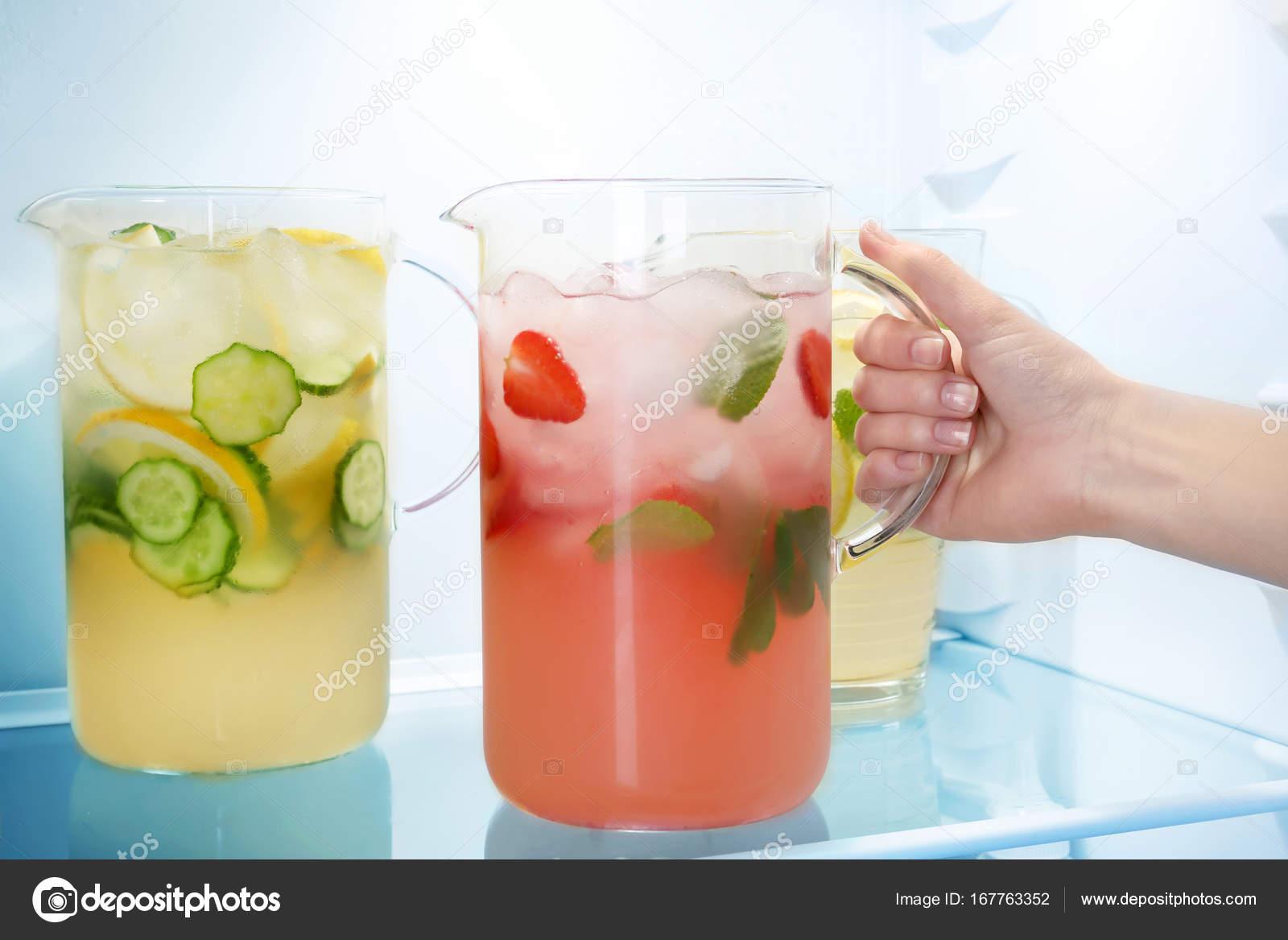 Kühlschrank Krug : Frau nehmen krug erdbeer limonade aus kühlschrank u2014 stockfoto