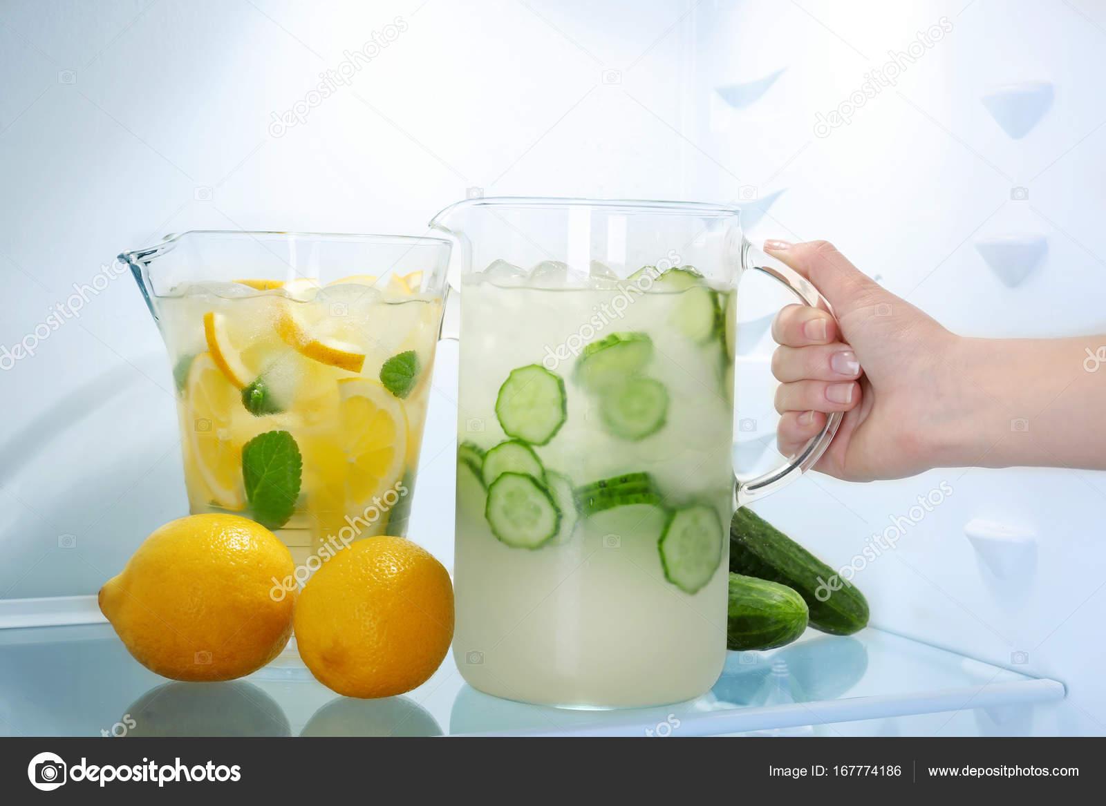 Kühlschrank Krug : Weibliche hand nehmend krug gurke limonade aus kühlschrank