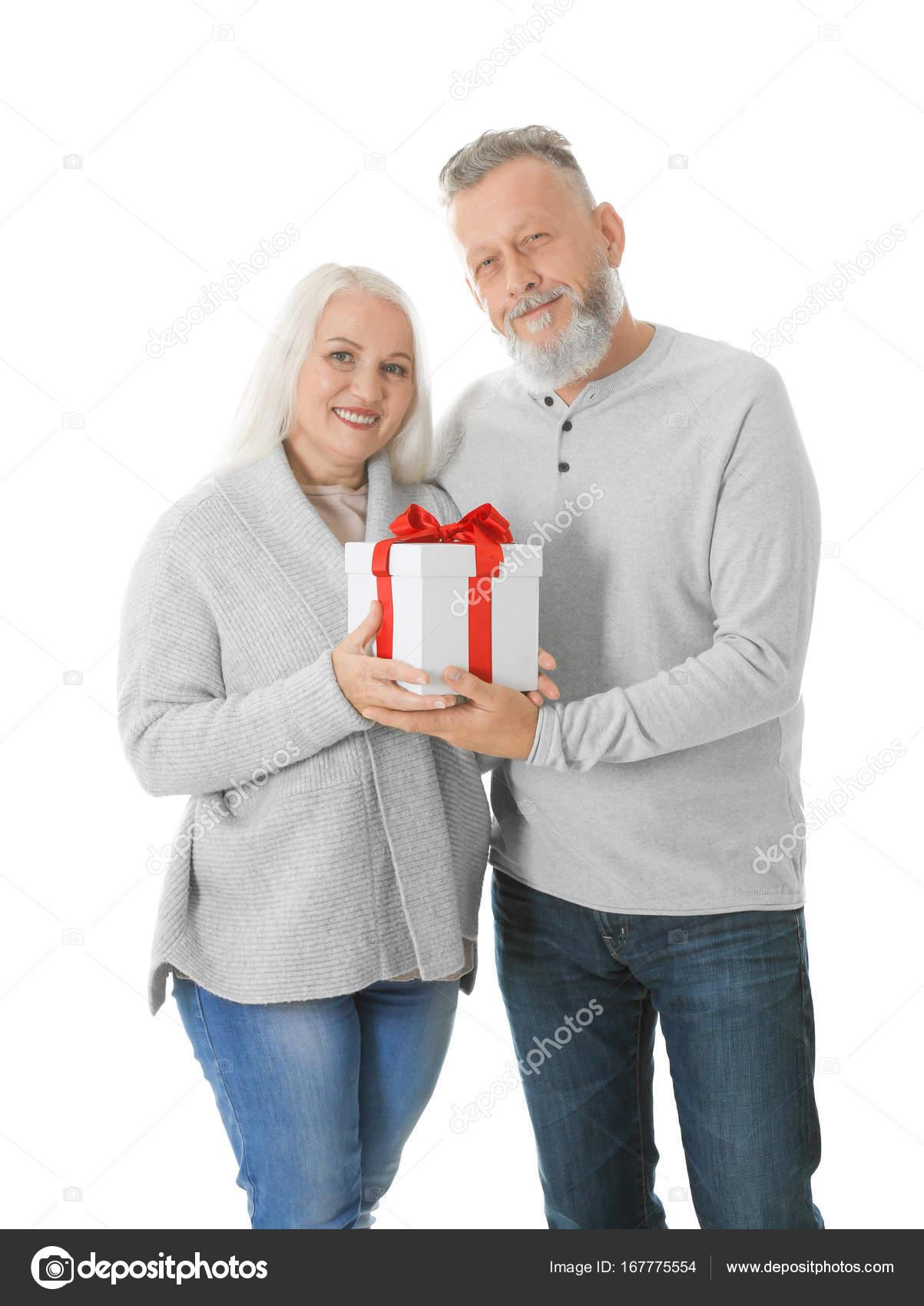Gerne älteres Paar mit Weihnachtsgeschenk auf weißem Hintergrund ...