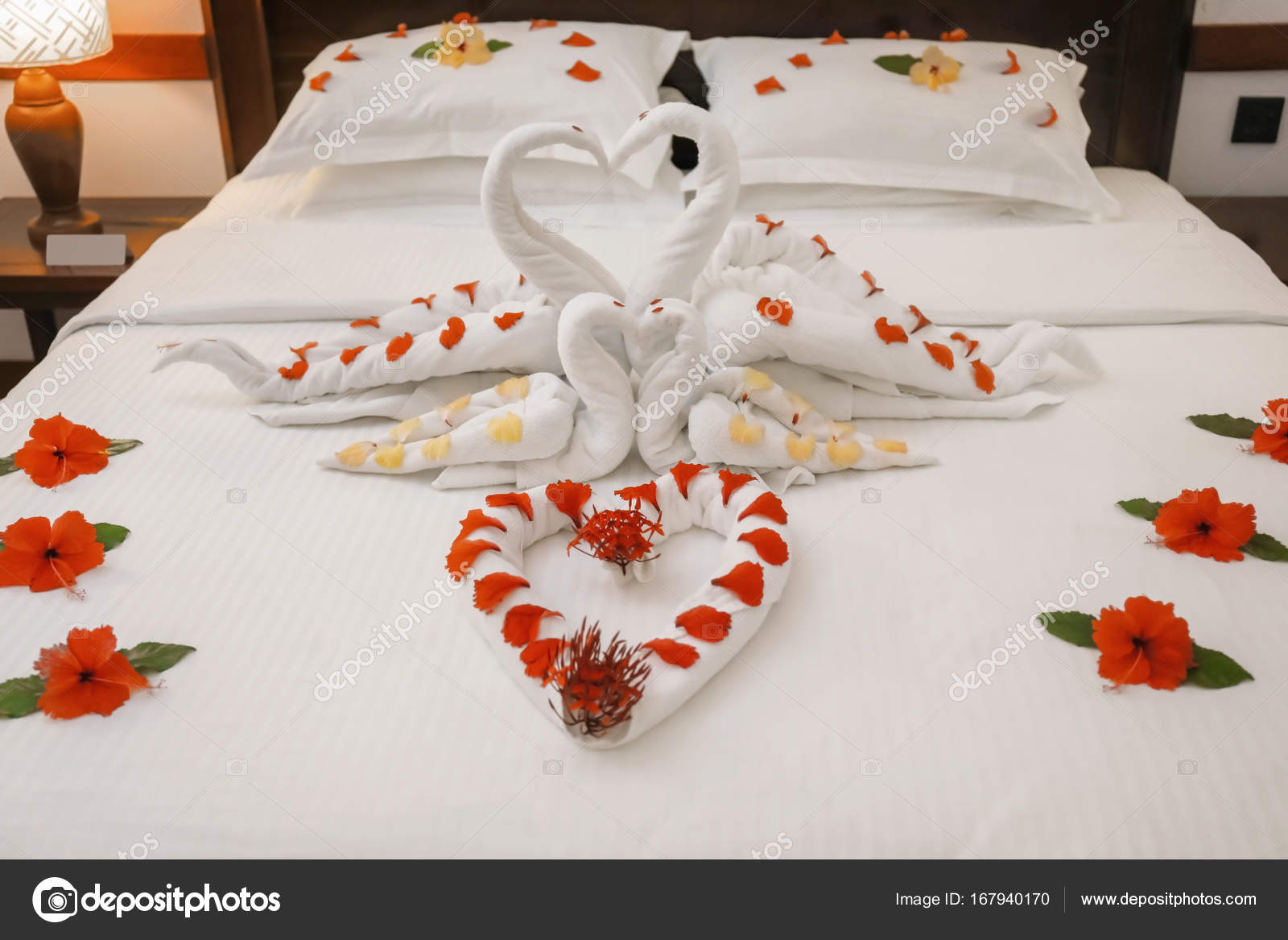 a0233fe8a7607c Cama decorada com flores e cisnes de toalha — Stock Photo ...