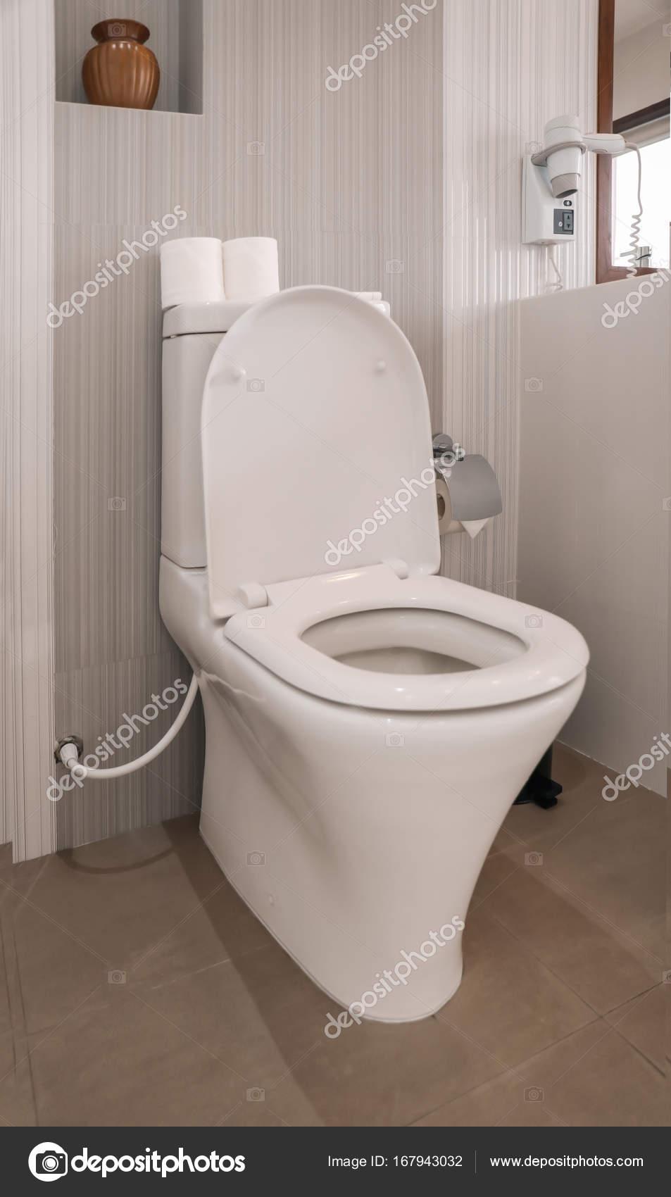 Cuvette de toilette dans les toilettes modernes ...
