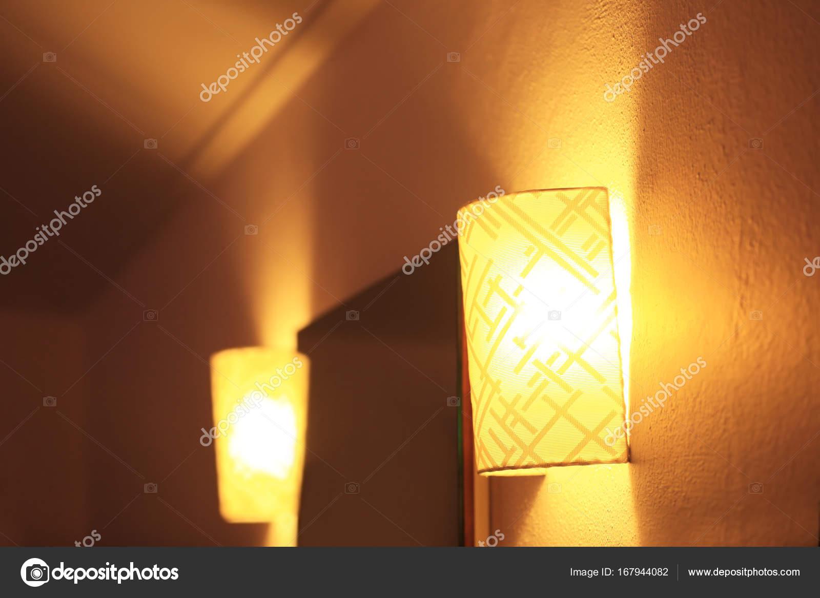 Wandverlichting Voor Slaapkamer : Wandverlichting in moderne slaapkamer u stockfoto belchonock
