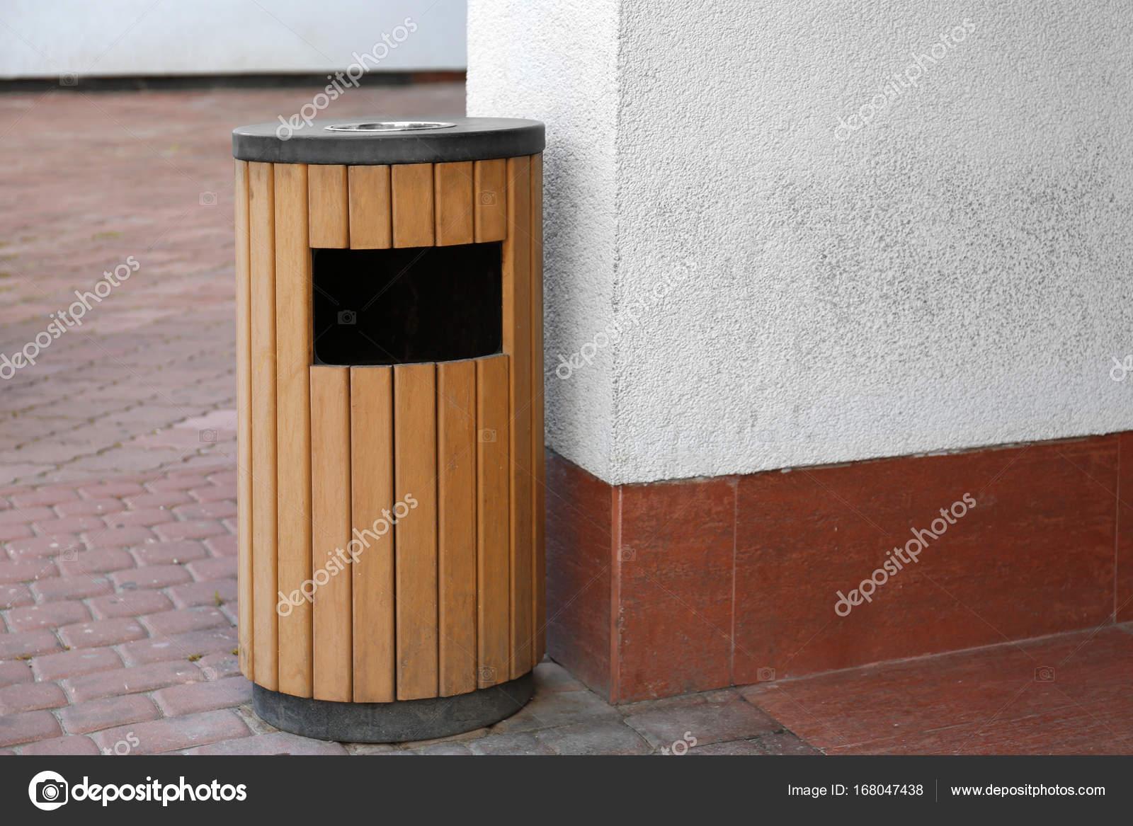 Bidone della spazzatura in legno moderno u foto stock belchonock