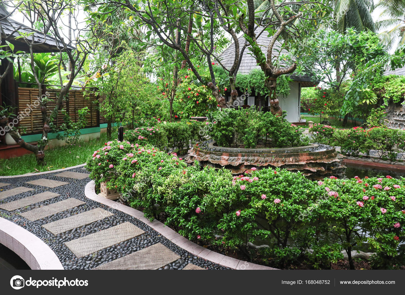 sch ner garten im tropischen resort stockfoto belchonock 168048752. Black Bedroom Furniture Sets. Home Design Ideas