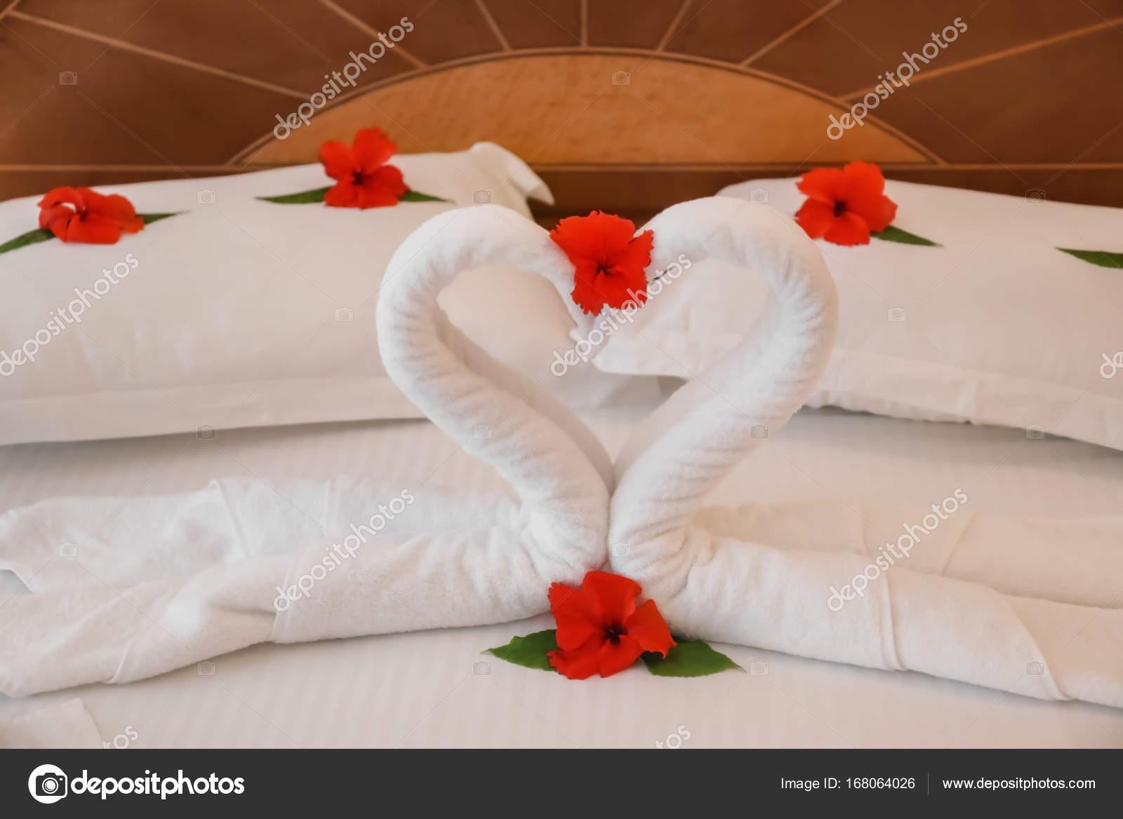 Floral Decoracion Y Toallas Cisnes En Cama En Habitacion De Hotel - Decoracion-con-toallas