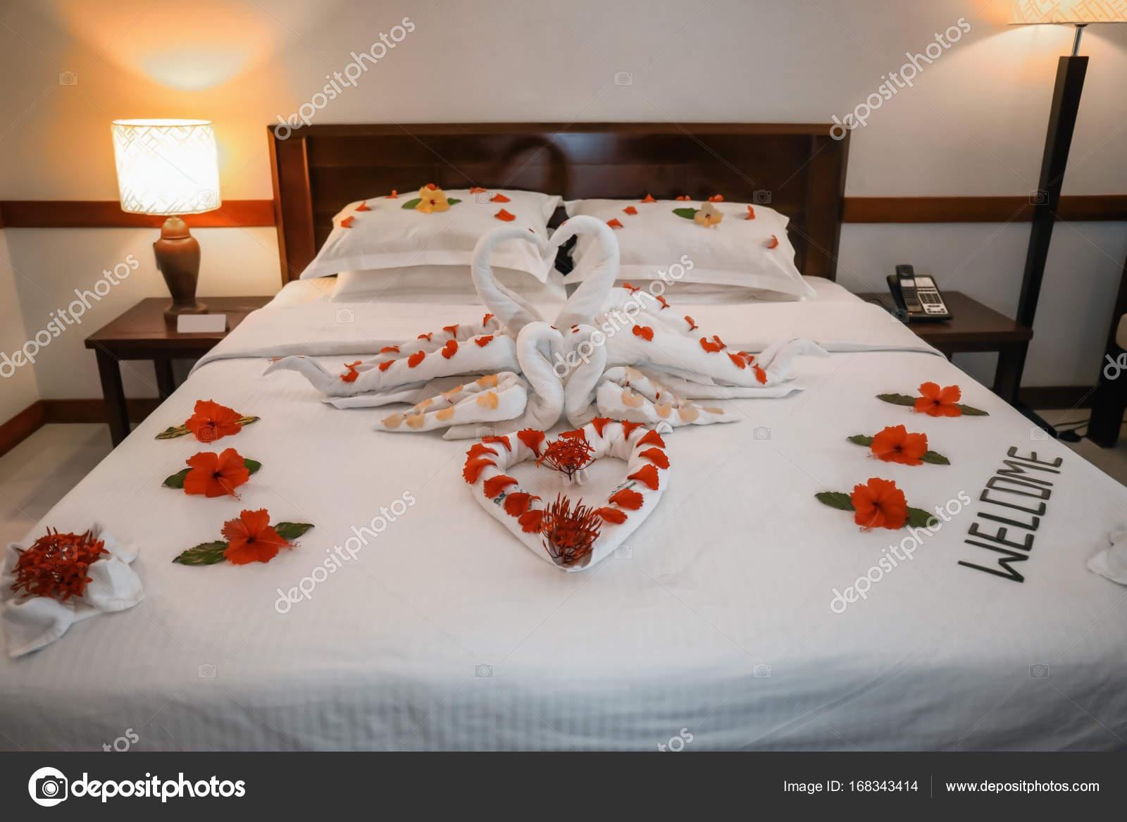 Chambre décorée avec des fleurs et des serviettes dans la chambre d ...