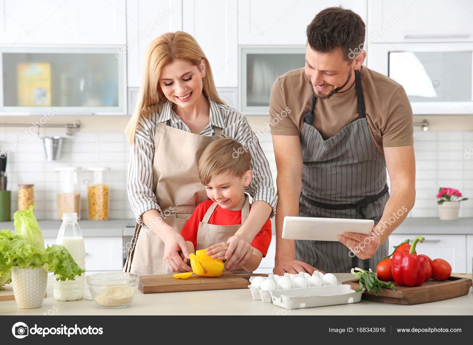 Familia cocinando en la cocina concepto de clases de for Canal cocina cocina de familia