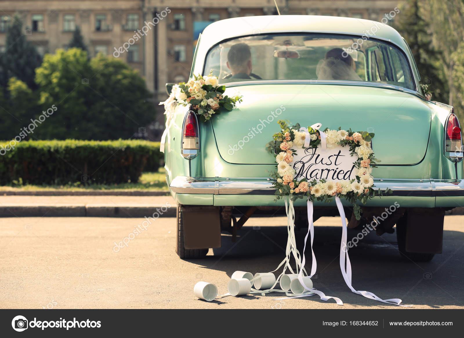 brautpaar im auto dekoriert mit platte just married und. Black Bedroom Furniture Sets. Home Design Ideas