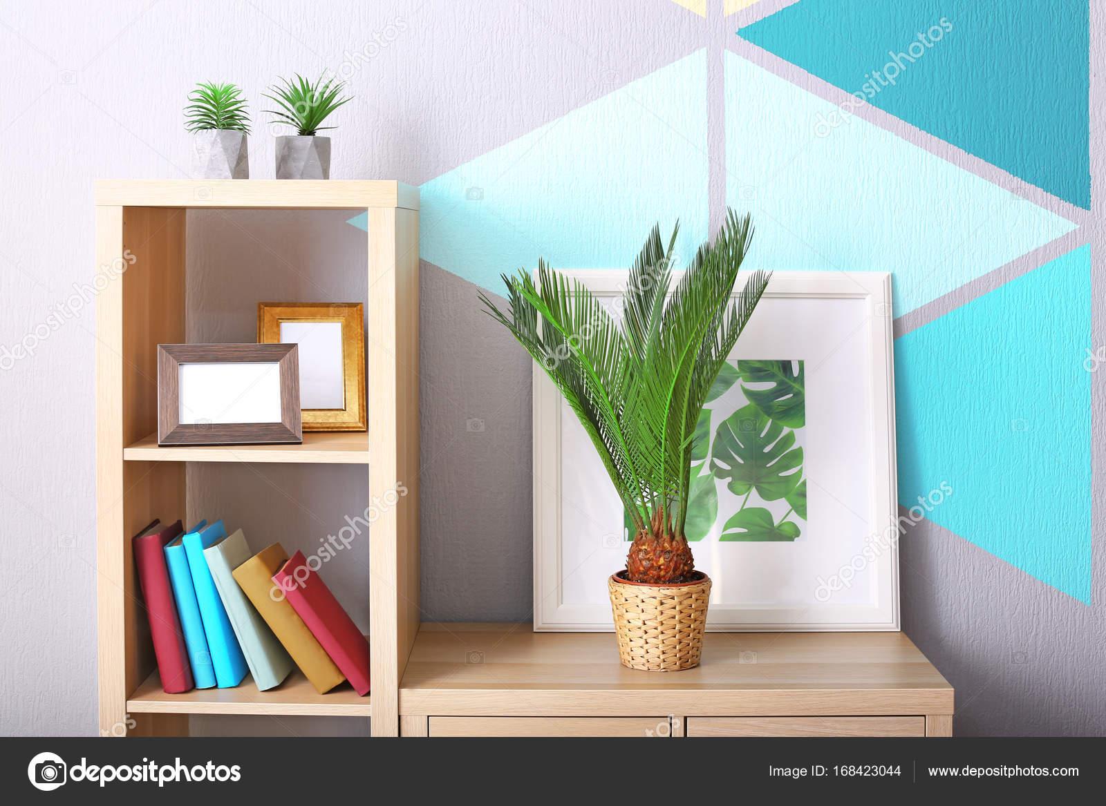 Palma de sagú y la foto enmarcada de tropical deja en la librería en ...