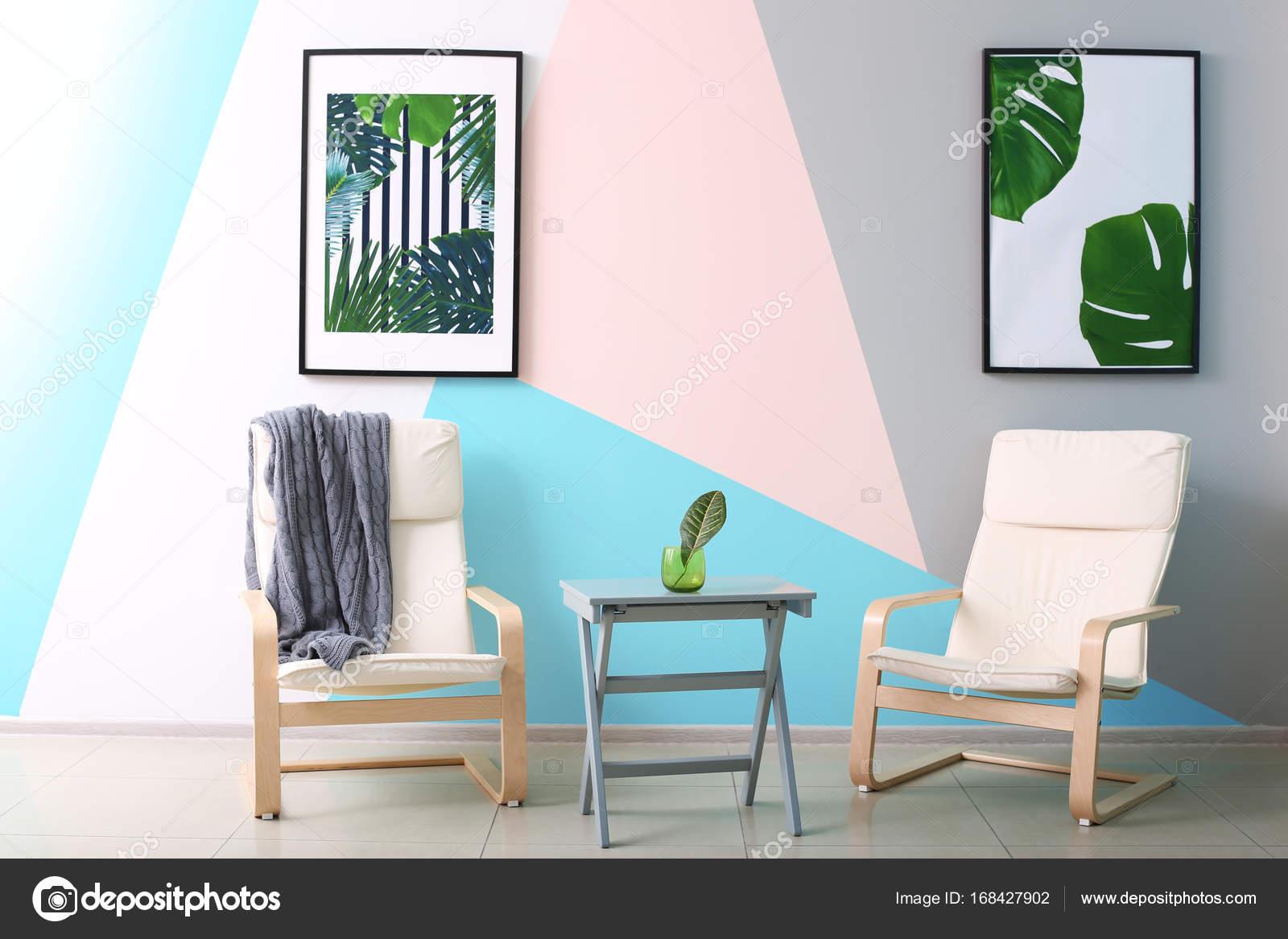 Moderne Raumgestaltung Mit Gerahmten Bildern Aus Tropischen Blättern Und  Zwei Stühle U2014 Stockfoto