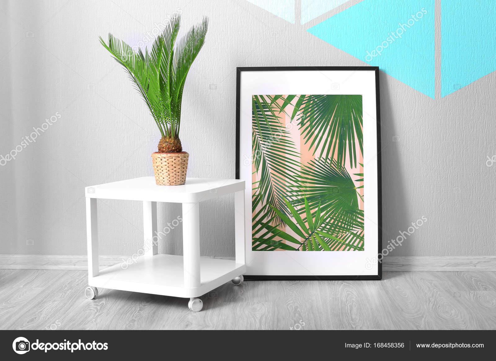 Enmarcado foto de hojas tropicales y palmeras de sagú sobre fondo de ...